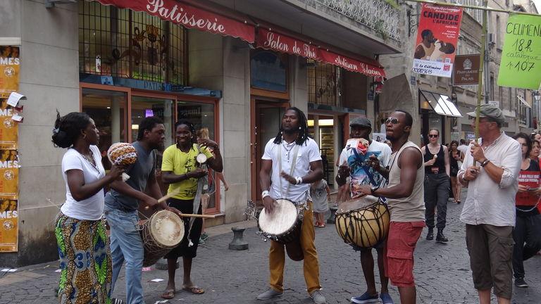 la-compagnie-marbayassa-parade-dans-les-rues